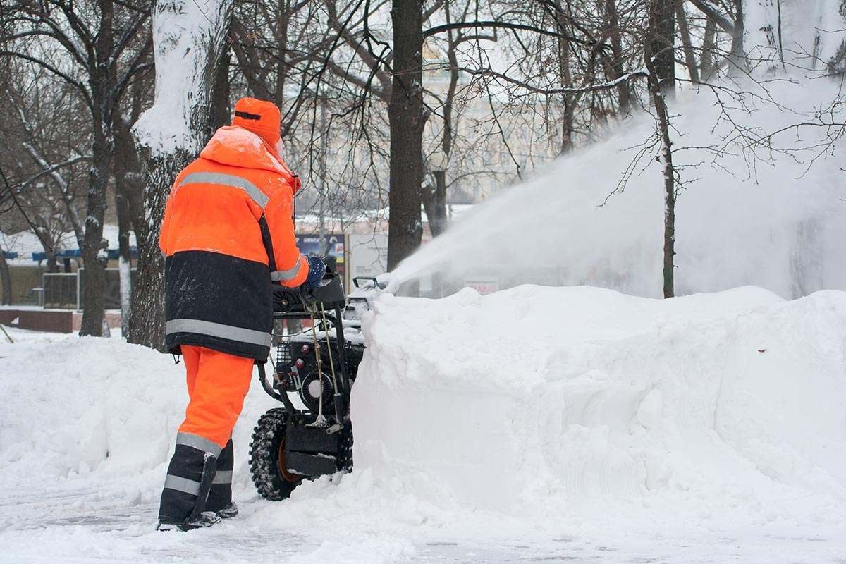 Residential professional snow cleaning of driveways
